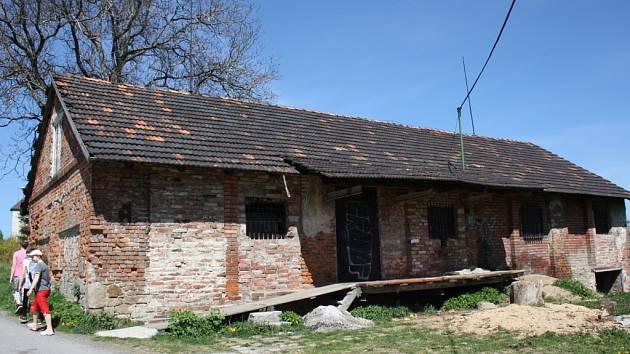 Hospodářský objekt, kam se chtěli vloupat tři zloději.