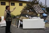 Lidé do kontejnerů vyhazují i odpad, který do nich nepatří.