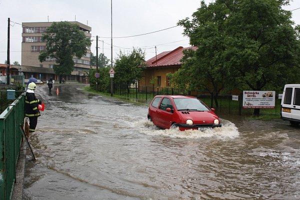 Zaplavená silnice vKarviné.