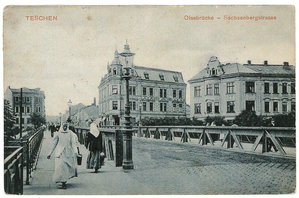 Feitzingerova pohlednice z roku 1908. Tiskárna je za mostem zcela vlevo.