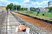 Už na konci prázdnin se fotbaloví fanoušci v Bohumíně mohou těšit na zbrusu novou zastřešenou tribunu.