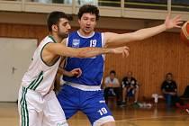 Basketbalisté Sokola stále válčí o jedno ze dvou postupových míst. Na snímku v bílém Jan Horváth.