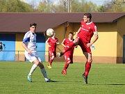 Petrovičtí fotbalisté (v bílém) odehráli s Novým Jičínem solidní partii.