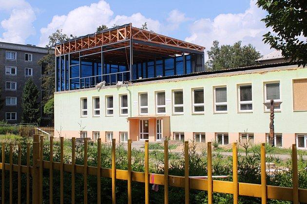Budova jídelny ZŠ Dělnická v Karviné je bez střechy. Přistavuje se patro, kde budou jazykové učebny a odborné učebny přírodních věd.
