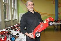 Milan Paulus s jedním ze svých modelů na výstavě, kterou uspořádal u příležitosti zápisu do České Knihy rekordů.
