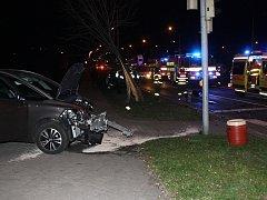 Nehoda policejního vozu s osobním automobilem v křižovatce u Komerční banky v centru Havířova.
