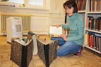 Knihovnice Helena Macurová při vysoušení knih.
