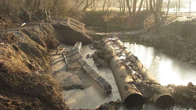 Rybáři kritizují průběh stavby v řece Lučině.