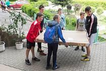 Mukačevští školáci si přebírají nový stůl na ping-pong, který jim přivezla česká ADRA.