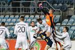 Fotbalisté Opavy a Karviné (v bílém) se rozešli smírně.