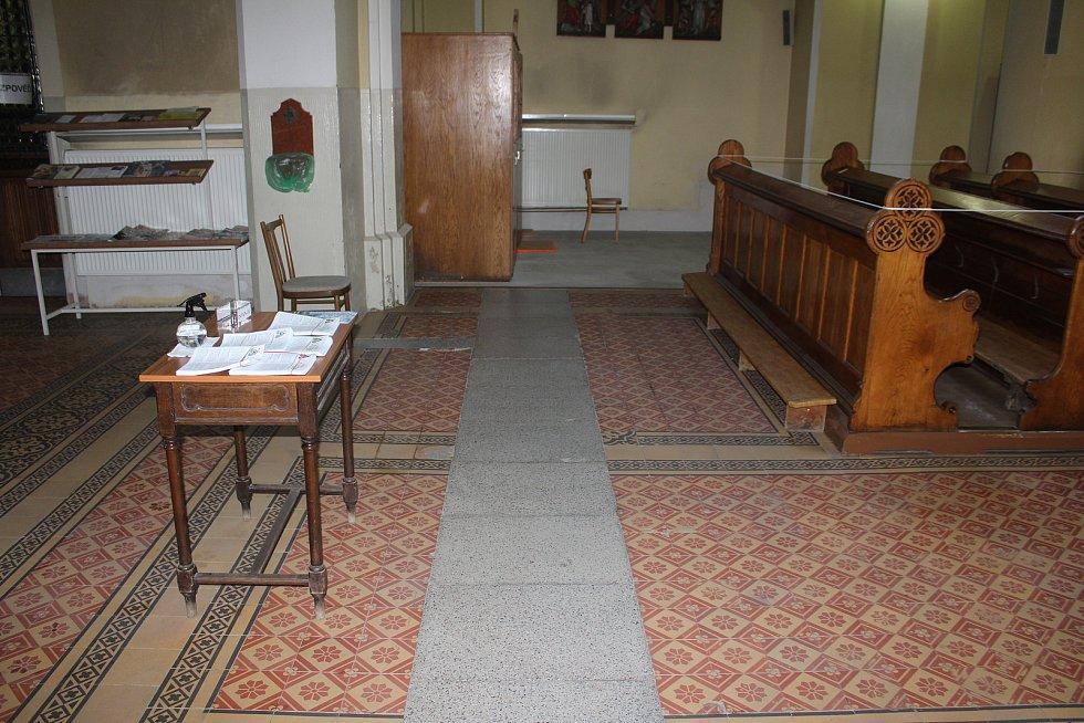 Ve kostele Nejsvětějšího Srdce Ježíšova v Masarykových sadech v Českém Těšíně probíhá dlouhodobá rekonstrukce. Opravena bude dlažba v chrámu, fasáda i střecha.