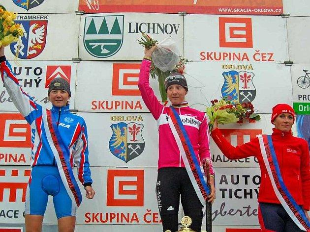 První tři závodnice celkového pořadí Gracie. Zleva druhá Alexandra Burčenkova z Ruska, vítězná Němka Judith Arndt a třetí Andrea Bosman z Nizozemska.