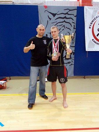 Oceněný nejúspěšnější závodník turnaje Marek Szweda (vpravo) strenérem a otcem Jaroslavem Szwedou.