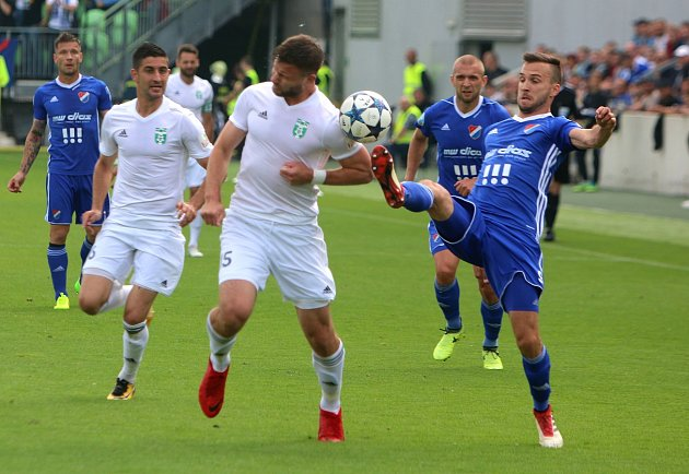 Fotbalové derby Karviná - Baník Ostrava (vmodrém).