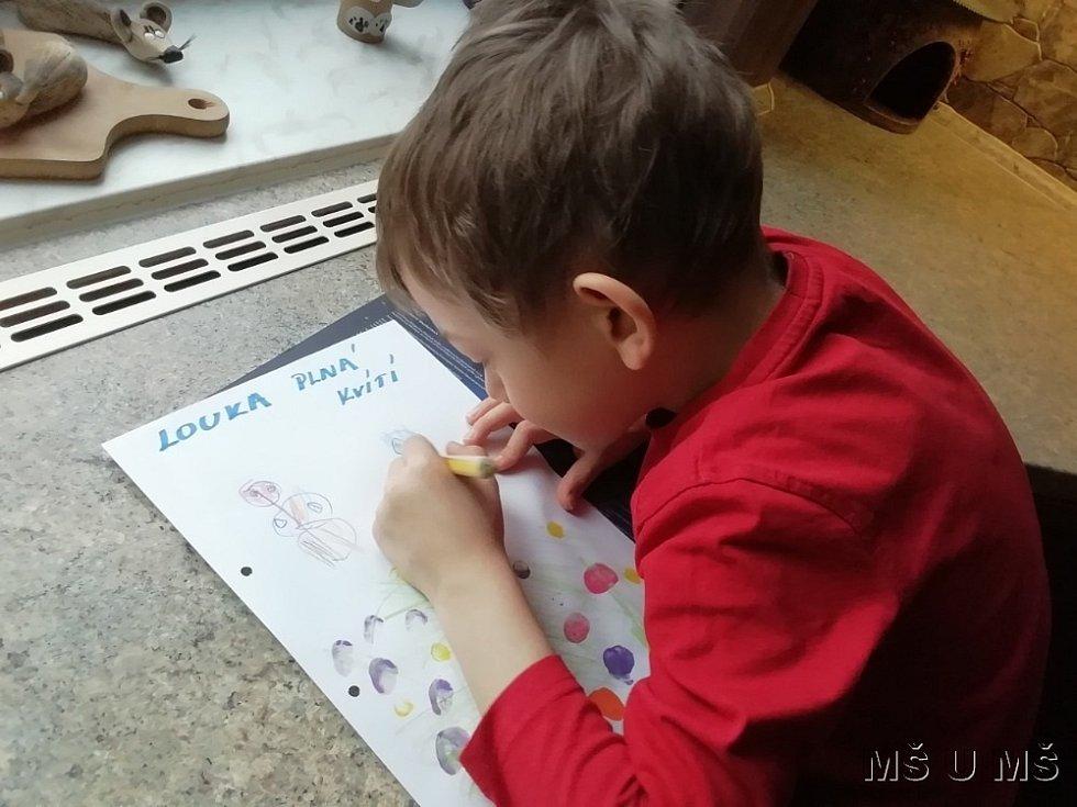 Děti vyráběly jejich první herbář.