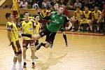 Házenkáři Baníku (v zeleném Dominik Solák) se v neděli pokusí o postup do čtvrtfinále Vyzývacího poháru.