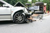 Nehoda octavie s lesáckým traktorem.