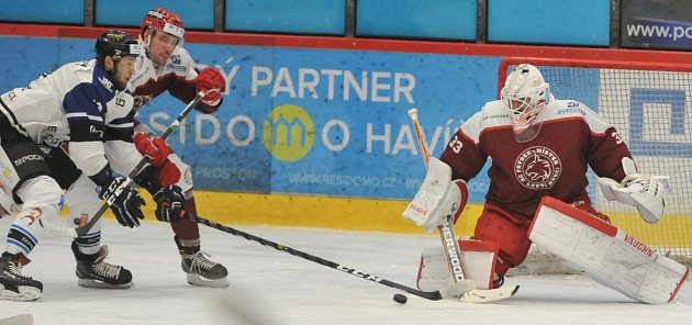 Hokejisté Havířova (vbílém) zvládli ičtvrté derby sFrýdkem-Místkem.