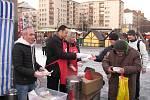 Tradiční nalévání hrachové polévky Armády spásy ve vánočním městečku v Havířově.