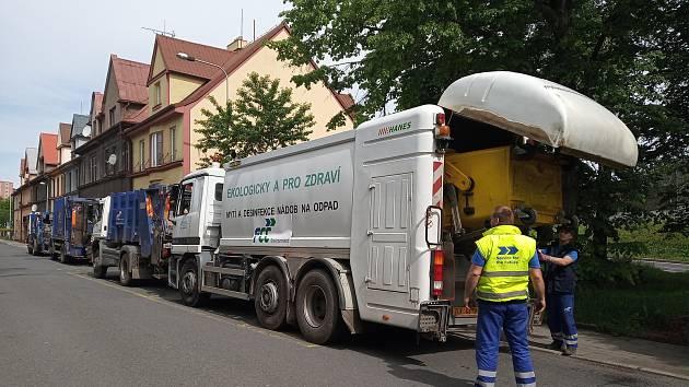 Mytí kontejnerů v ulici Hrabinská v Českém Těšíně.