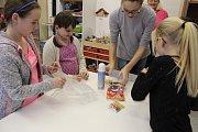 Rukodělné činnosti i základy kulinářského umění. Dívky si v kroužku vyzkoušejí od každého něco.