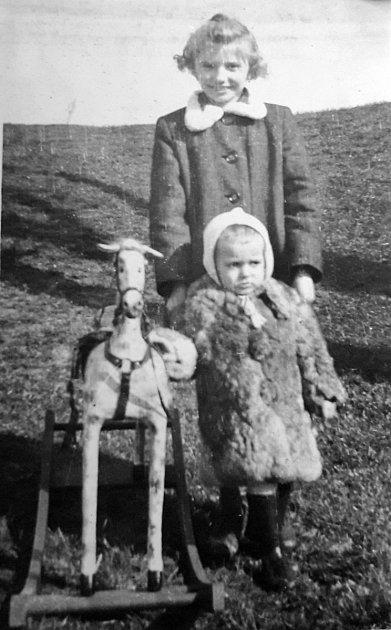 Jedenáctiletá Drahuše vroce 1943, tehdy ještě Javorková, sbratrem Václavem, který při náletech zemřel.