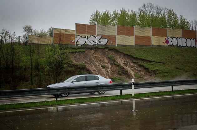 Sesuv půdy vlivem vytrvalých dešťů u dálnice D48 směrem na Český Těšín.