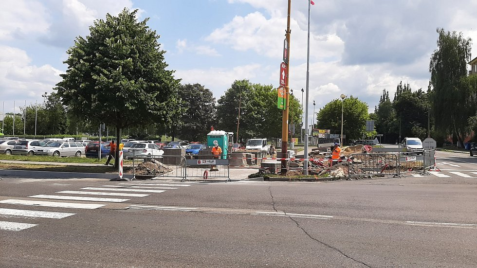Centrum Havířova je momentálně plné stavebních strojů a dělníků. Opravuje se několik páteřních komunikaci najednou a k tomu ještě nefungují některé semafory na křižovatkách. Dělnická ulice.