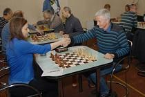 Polská šachistka Anna Kubicka (vlevo) remizovala v barvách Karviné s Januszem Raszkou z Českého Těšína.
