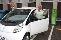 Pracovnice karvinského magistrátu Ivana Ličková si služební elektromobil nemůže vynachválit.