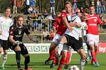 Karviná (v bílém) porazila hladce Pardubice 3:0.
