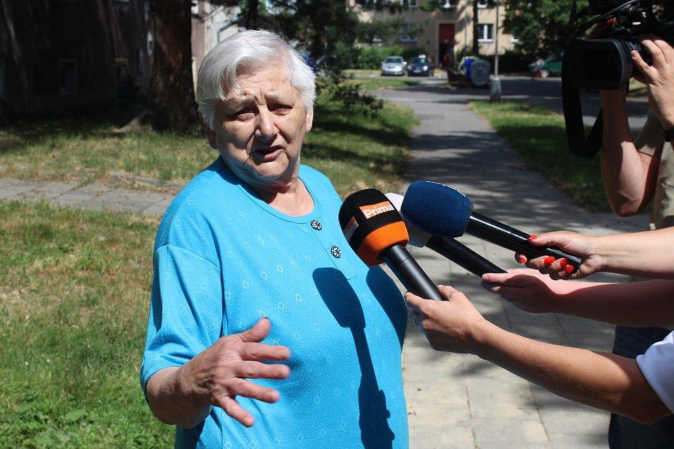 Jedna z žen, která hovořila s mužem bez domova, který našel tělíčko novorozence v popelnici.