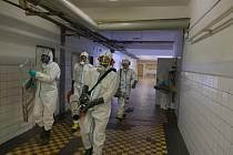Moravskoslezští hasiči v reálu Dolu Darkov dezinfikují společné prostory.