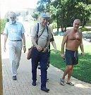 Ivan Mládek s družinou na havířovském koupališti.