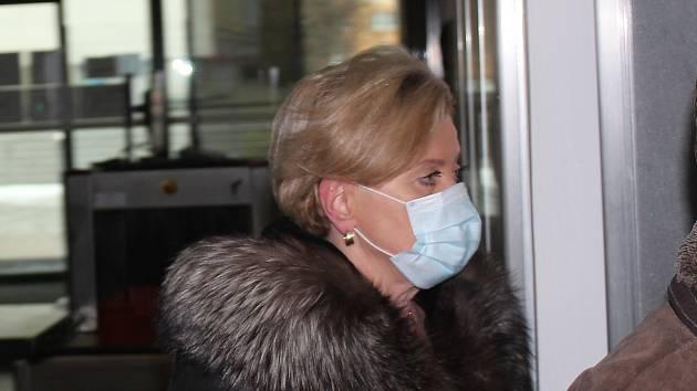 Obžalovaná státní zástupkyně Petra Tittková přichází v doprovodu svého advokáta k ostravskému okresnímu soudu.