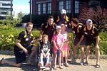 David Pastrňák (vpravo) s dalšími mladými nadějemi Bostonu během charitativní akce.