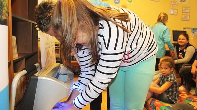 Umyto pořádně? Děti si na akci mohly pomocí UV lampy samy prohlédnout, jestli hygienu rukou provádějí řádně a na ručkách jim nezůstává žádná nečistota.