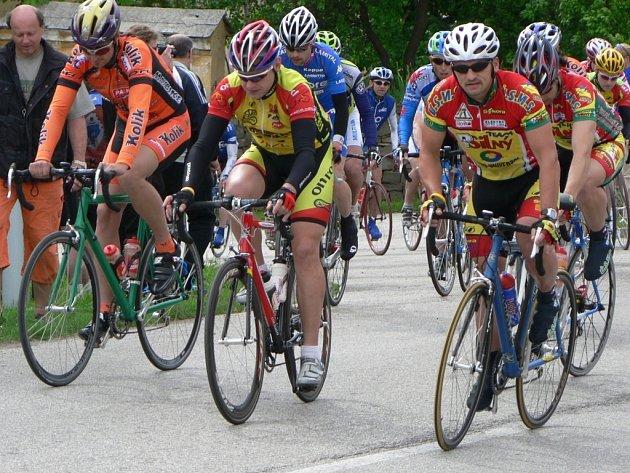 Seriál Slezského poháru amatérských cyklistů zahrnuje letos čtrnáct závodů. Na snímku je start loňského ročníku Velkopolomských okruhů.