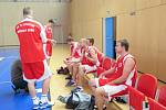 Basketbalisté Havířova (v bílém) doma dvakrát vyhráli.