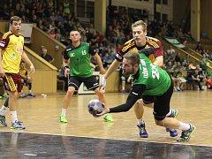 Jan Užek (s míčem) by byl proti obraně Dukly velice platný, ale zatím se Karviná musí obejít bez něj.