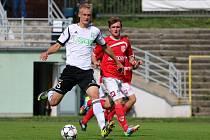 Karvinští (v bílém) nestačili na Pardubice a poprvé prohráli.