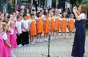 V Rychvaldě se zpívalo a hrálo v ulicích, v Karviné před místní knihovnou. Také Základní umělecké školy z Karvinska se zapojily do úterního happeningu těchto škol, který probíhal v celém Česku.