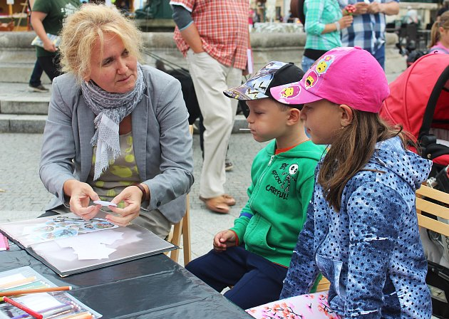 Knihy, pestrost, zábava, úsměvy knihovnic, dětí i všech dalších návštěvníků, to je Knižní jarmark Karviná.