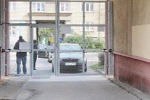 Obytný blok uzavřely mříže
