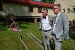 Vládní návštěva v Moravskoslezském kraji, 25. dubna 2018, Domov Březiny v Petřvaldu. Premiér Andrej Babiš s hejtmanem Ivo Vondrákém pomohli také se stavěním májky.