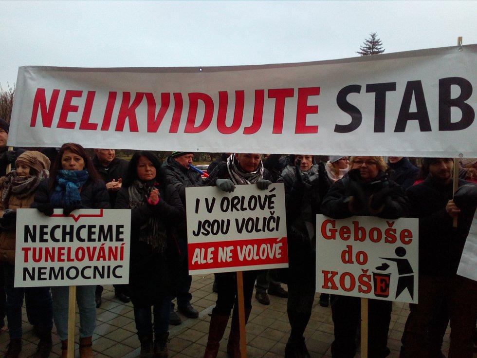 Před krajským úřadem v Ostravě demonstrují obyvatelé Orlové za zachování tamní nemocnice.