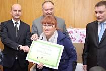 Karolína Staňková při přebírání symbolického šeku na rotoped, který jí věnovalo sdružení Trianon.