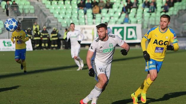 Tomáš Wágner (v bílém) dal gól, ale znovu stačil jen na bod.