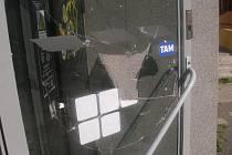 Rozbité dveře prodejny.