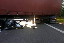 Smrtí skončila srážka motocyklisty s kamionem.